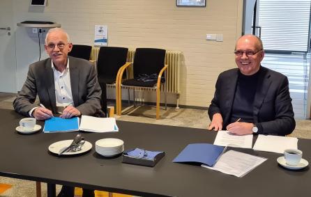 Wethouder Kees Oskam en Jan-Piet de Vos van Vosplan ondertekenen overeenkomst Reesvelt